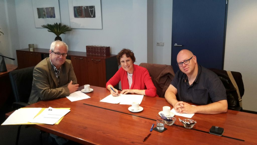 Stichting aaStrips wordt opgericht. Vlnr: Paul Fransen, Caroline van der Lee, Cok Jouvenaar.