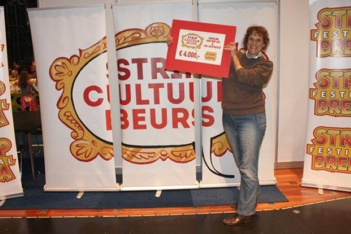 Caroline van der Lee neemt de Stripcultuurbeurs in ontvangst.